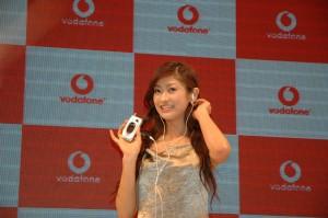 Een Vodafone dame met mobiel